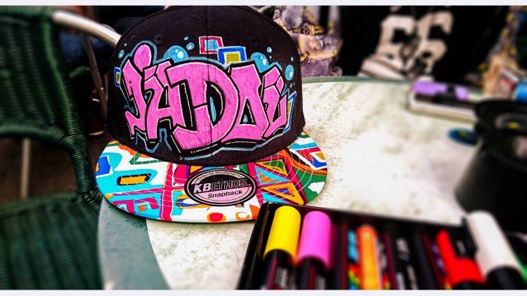 décoration graffiti sur casquette
