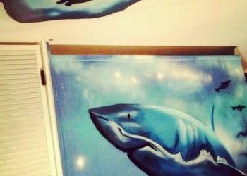 Décoration graffiti salle de jeux requin